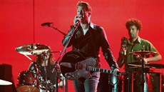 Josh Homme z Queens of the Stone Age hraje skladbu My God Is the Sun. (Grammy...