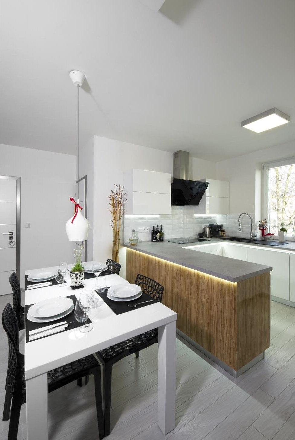 Světelné LED pásky pod pracovní deskou kuchyňské linky slouží jako  pohotovostní večerní nasvícení kuchyně. be27f2c651