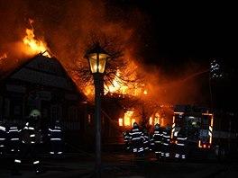 STAČILA KRÁTKÁ CHVÍLE... a plameny pohltily většinu památkově chráněné budovy....