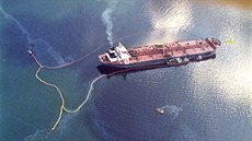 1 In this April 9, 1989 file photo, crude oil from the tanker  Exxon Valdez,...