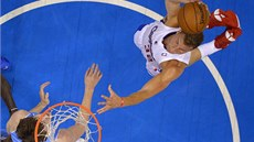 Blake Griffin z Los Angeles Clippers zakončuje, sleduje ho Jan Veselý z