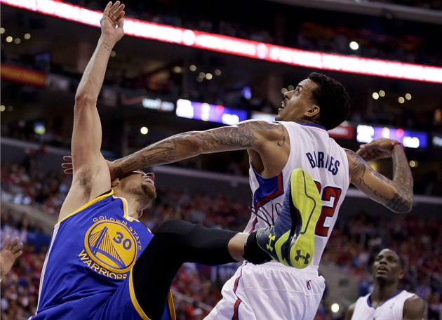 Matt Barnes (vpravo) z Los Angeles Clippers v souboji s Stephenem Currym z