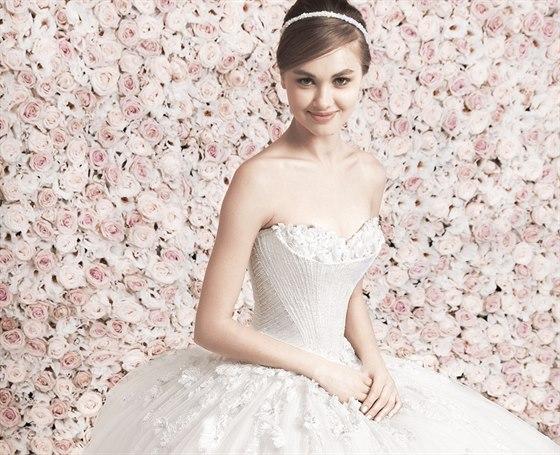 896cd6179e6 Svatební trendy roku 2014 se vrací k tradičním střihům a vytříbenému  luxusu. Výsledný vzhled nevěsty