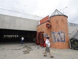 Nevzhledná věžička zůstala před vstupem do podchodu i po jeho rekonstrukci.