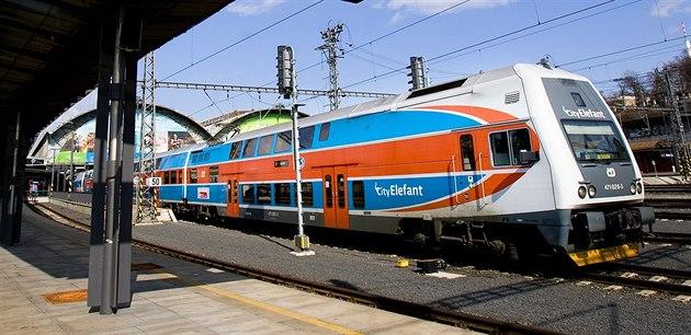 Na pražském hlavním nádraží srazil vlak muže. Stály desítky spojů