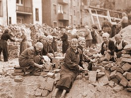 Odklízení trosek po náletu v roce 1944