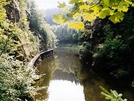 Riegrova stezka okolo řeky Jizery. Za hezkého počasí se po lávce prochází...
