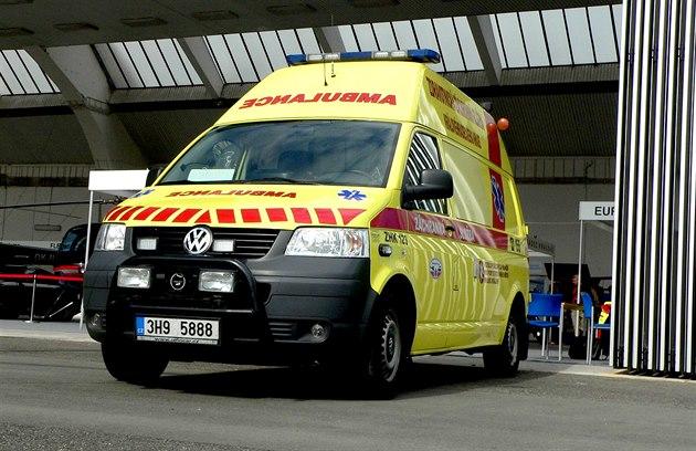 Při střetu sanitky a osobního auta v Častolovicích se zranilo dítě