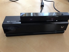Nahoře PlayStation 4 Camera, dole Xbox One Kinect