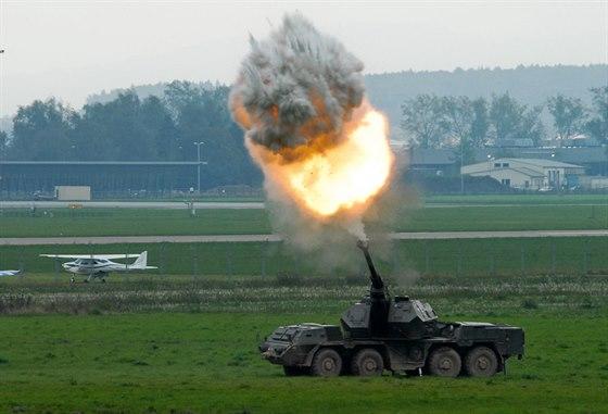 Houfnice DANA pálí během zteče mechanizované jednotky na Dnech NATO v Ostravě