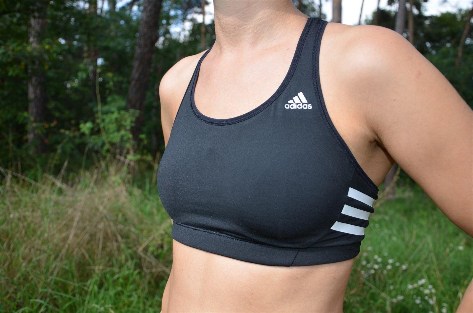1a178e6c551 Podprsenka adidas snoubí pohodlí i ženskost a sport dohromady.