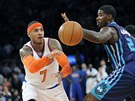 Carmelo Anthony (vlevo) z týmu New York Knicks a Marvin Williams z Charlotte.