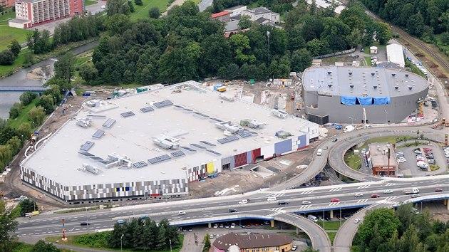 ... náhrada za zbouranou halu. Nové obchodní centrum Frýda a zimni stadion  Polárka (vpravo) ve Frýdku-Místku. 7aee56c28b