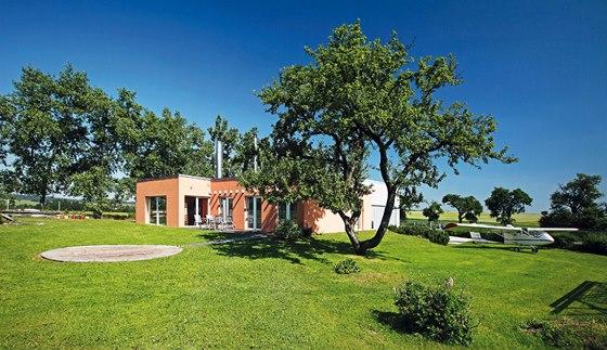 Ze zemědělské usedlosti vznikl rodinný dům s hangárem pro letadlo 8944737932