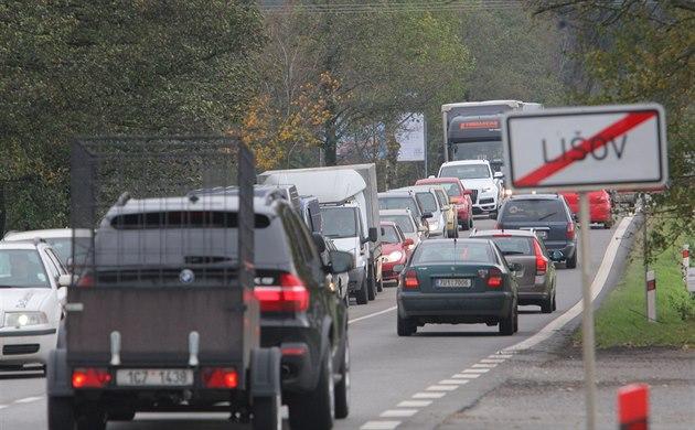 Silnice z Budějovic do Hradce je hodně využívaná, což dokazuje snímek od Lišova. Obchvat Lhoty tak hodně pomůže.