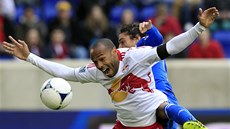 ATAKOVANÝ. Thierry Henry v dresu New York Red Bulls.
