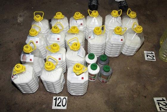 Policie loni v prosinci v Bulovce odhalila varnu s nejrůznějšími chemickými  látkami. 026d0fc96c5