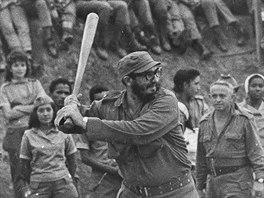 Fidel Castro hraje baseball s kubánskými učiteli. (červen 1962)