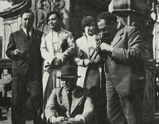 Konstantin Biebl s pøáteli avantgardisty (zleva Konstantin Biebl, Toyen, Marie...