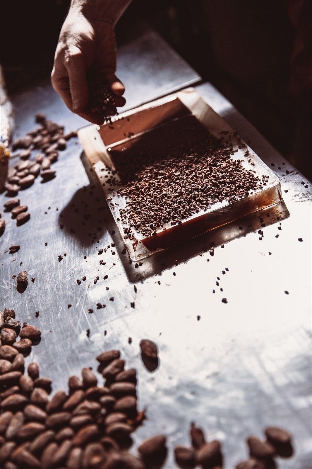 A takhle své čokolády ochucují. Napůl ztuhlá čokoláda se posype příchutěmi, které jí dodají texturu.