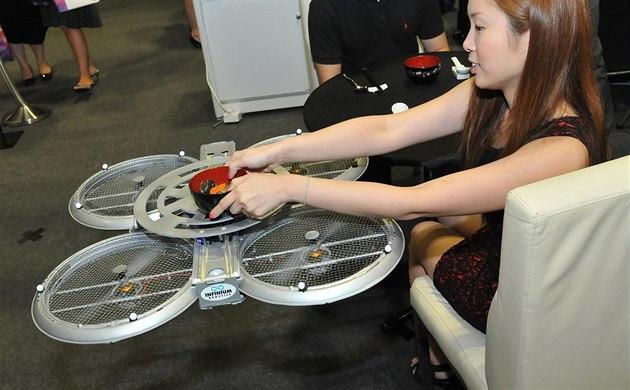 b3615bdc166 V Singapuru chybí číšníci. Místní restaurace testují létající roboty -  iDNES.cz