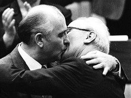 Michail Gorbačov v dubnu 1986, když Erichu Honeckerovi veřejně blahopřál ke...