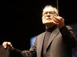 Ennio Morricone dirigoval v O2 areně (12. února 2015).