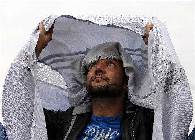 bf9984982f5 Afghánští muži oblékli na protest burky. Jsou jako vězení