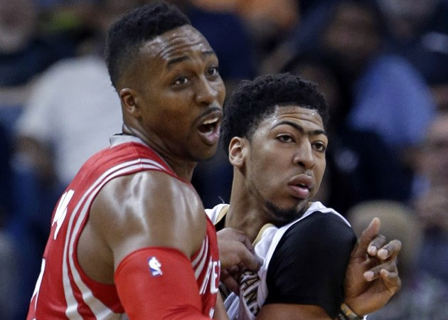 "Dwight Howard (vlevo) z Houstonu se ""mazlí"" s Anthony Davisem z New Orleans."