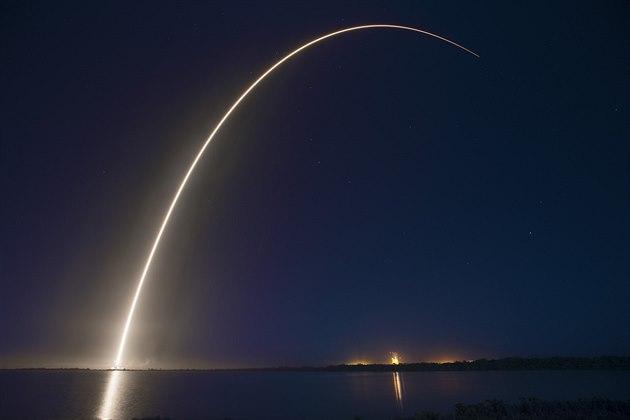 Vytlačil Rusko nejen z přepravy kosmonautů. Nosič Falcon 9 slaví výročí
