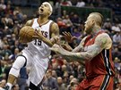 Jerryd Bayless z Milwaukee (vlevo) a Chris Andersen z Miami.