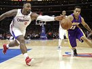 Glen Davis (vlevo) z LA Clippers a Jabari Brown z LA Lakers bojují o míč.