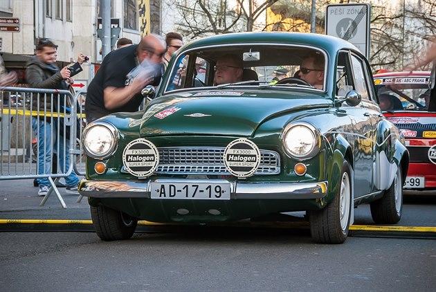Václavské náměstí patří autodědečkům, startují na třídenní rallye
