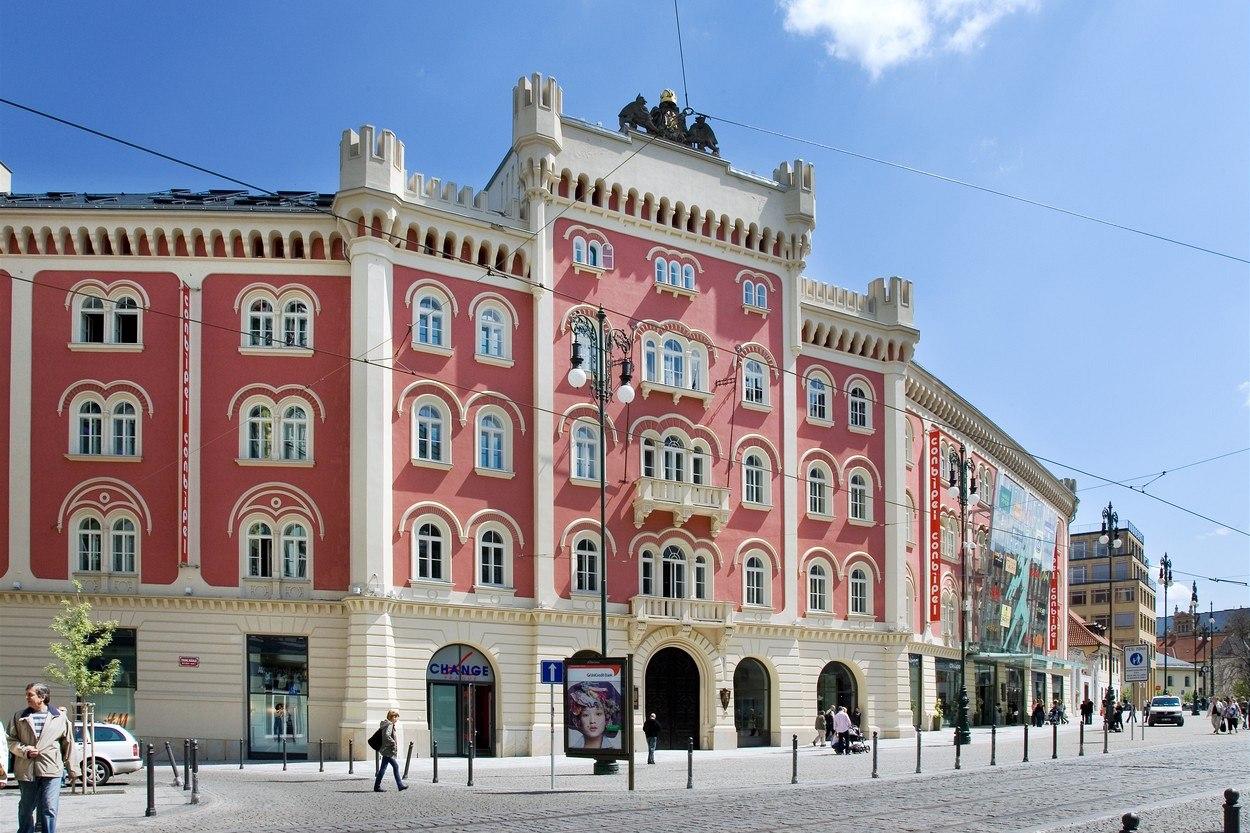 Obchodní centrum Palladium stojí v Praze 1 na náměstí Republiky. Vzniklo  částečnou demolicí a přestavbou 2958c049858
