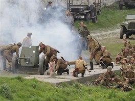 Jako ve skutečném boji - útoku pěšáků předchází dělostřelecká příprava. (30....
