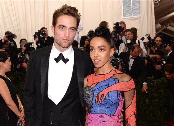 Robert Pattinson a FKA Twigs na MET Gala (New York, 4. května 2015)