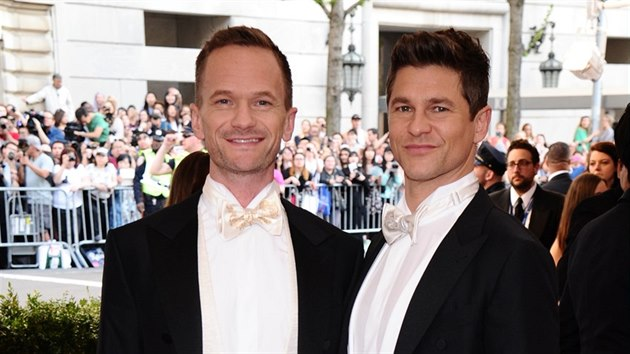 Neil Patrick Harris a David Burtka na MET Gala (New York, 4. května 2015)