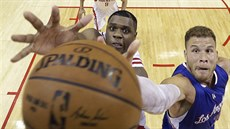 Terrence Jones (vlevo) z Houstonu a Blake Griffin z LA Clippers bojují o míč na...