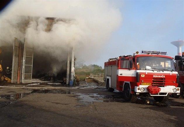 V Ostravě hoří v garážích dopravního podniku, vzplálo osm autobusů