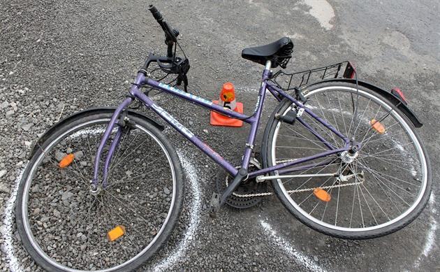 Dvěma cyklistkám sraženým do příkopu zůstalo zrcátko z audi, řidič ujel