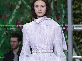 6d8b0361dcd Móda z Paříže  panenská krása svádí stejně jako rozparky a průhledné ...