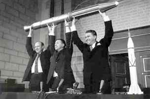 Zleva William H. Pickering. James Van Allen a Wernher von Braun a první...