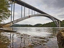 Žďákovský most nad hladinou přehrady Orlík