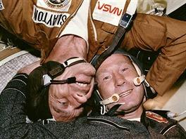 Donald K. Deke Slayton a Alexej Leonov v lodi Sojuz.