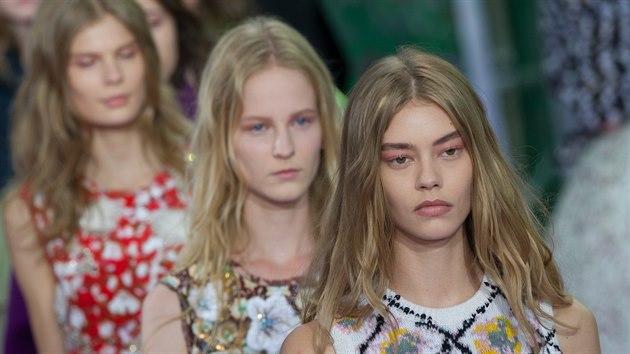 ee4a39379e2 Před několika týdny představili světoví designéři v Paříži trendy v módě