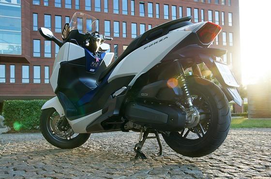 Manažerská Limuzína Na Dvou Kolech Honda Forza Je Městský Křižník