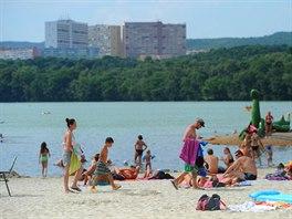 Písčitá pláž na Kamencovém jezeře.