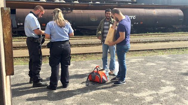 Uprchlíky pustili z Bělé. Na nádraží je policisté legitimovali - iDNES.tv 3cd3737939