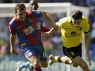 James McArthur z Crystal Palace (vlevo) a Jack Grealish z Aston Villy.