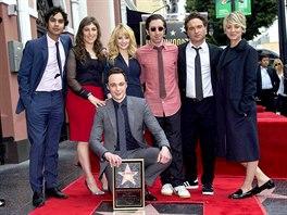 Jim Parsons s kolegy ze seriálu Teorie velkého třesku na hollywoodském chodníku...
